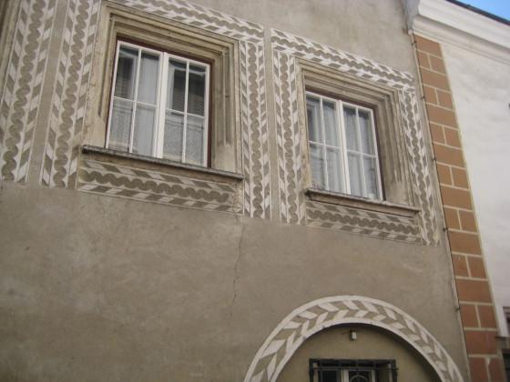 Auch hier prächtige Astwerkfenstergewände und Sgraffito