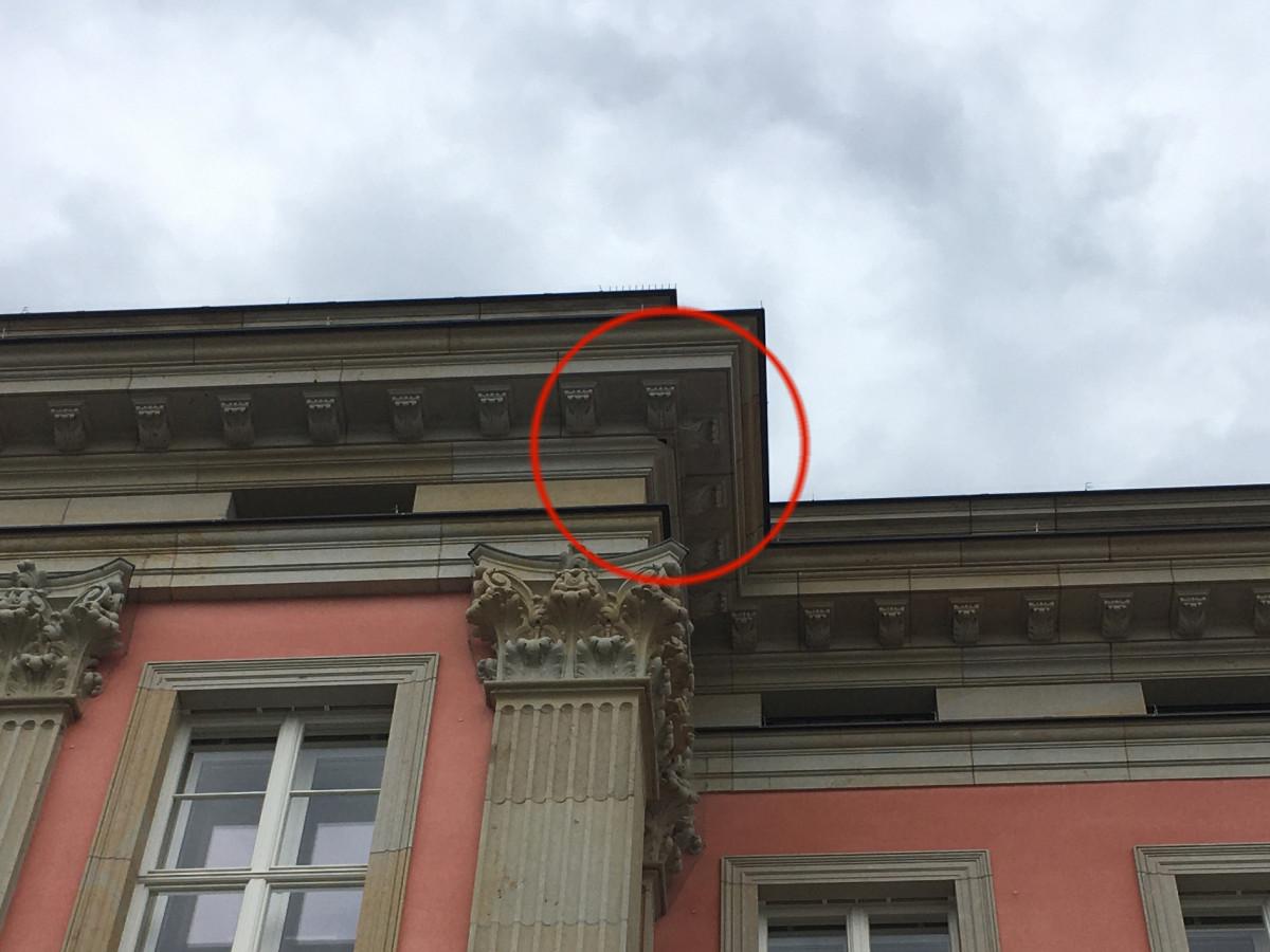Stadtschloss Sandstein-Schaden Gesims 2-21-07-22-4