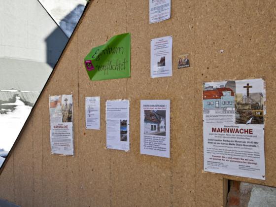 Plakate am abgebrochenen Uhrmacherhäusl in München-Giesing