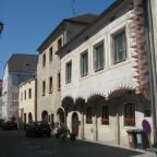Wie die meisten Häuser wurden diese im 15. Jh erbaut und mit Sgaffitofassade um 1550 versehen.