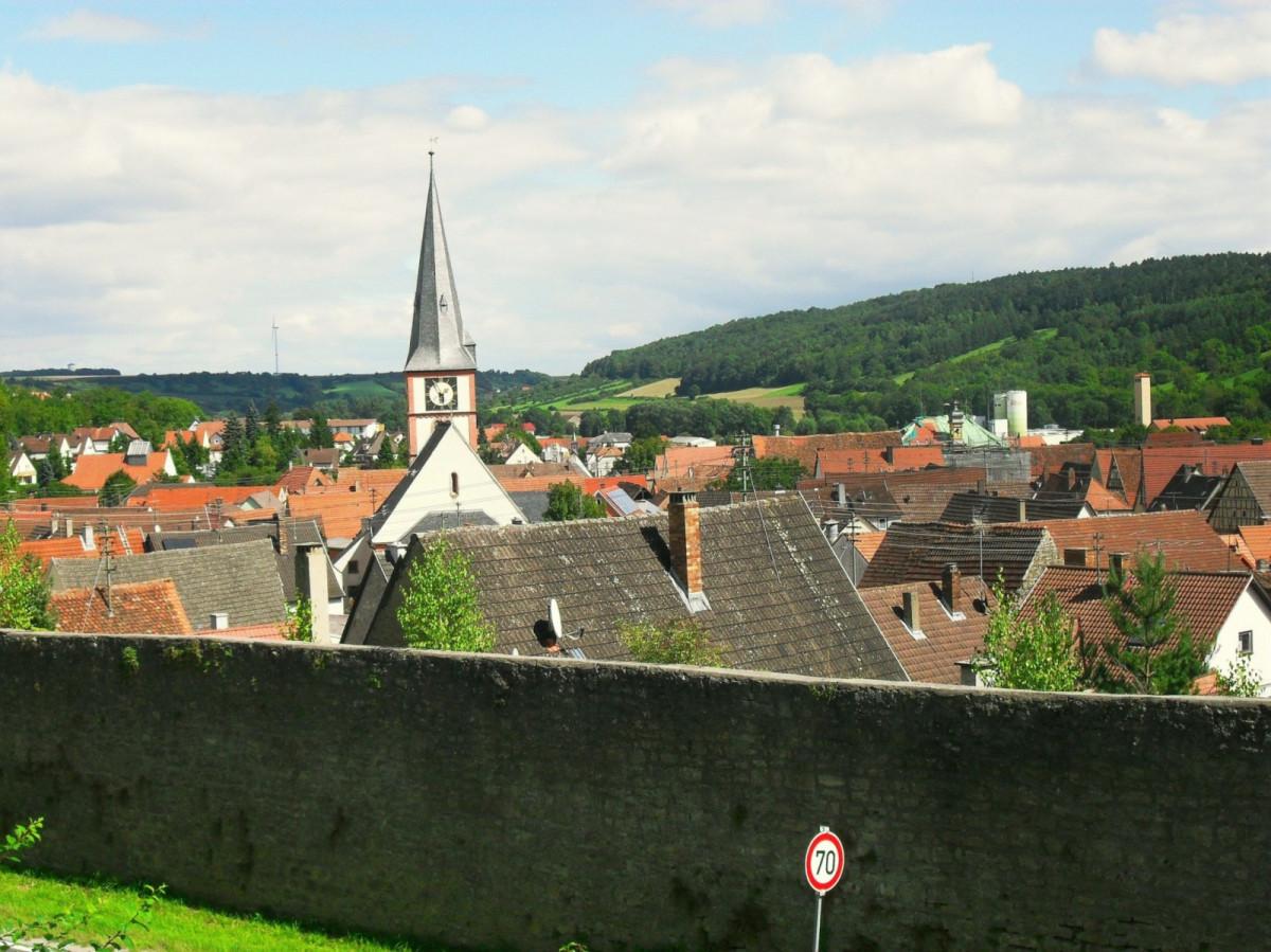 die Röttinger Stadtmauer ist größtenteils erhalten