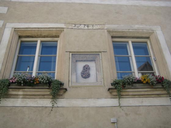 """Fenstergruppe 15. Jh in Sgaffitorahmen bezeichnet """"1534"""""""