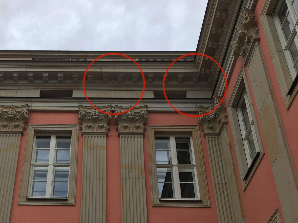 Stadtschloss Sandstein-Schaden Gesims 2-21-07-22-3