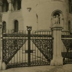 Romanisches Haus I, Gartentor