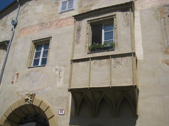 Hier das schönste gotische Haus in Stein mit beachtlichen Erker