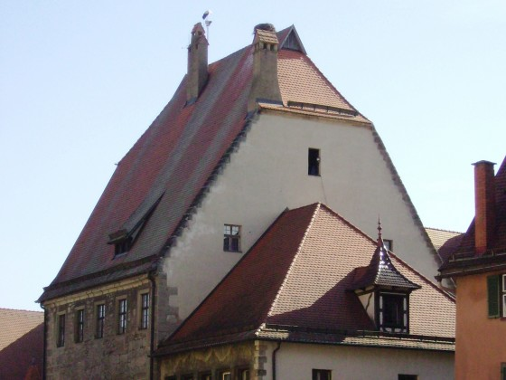 Steinernes Haus mit Storchennest