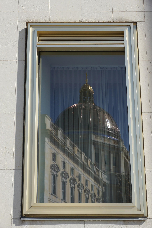 Berliner Stadtschloss spiegelt sich im Staatsratsgebäude