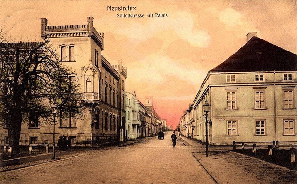Neustrelitz Altes Palais rechts Kriegsverlust- Erbgrossherzogliches Palais links 1909