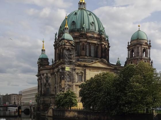Berliner Dom mit Laternen