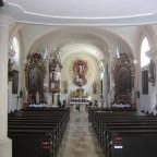 Innen gibt sie sich barock, obwohl der Kern noch gotisch ist.