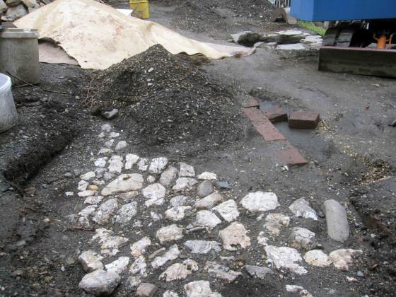 Historischer Gehweg mit Quarz gepflastert