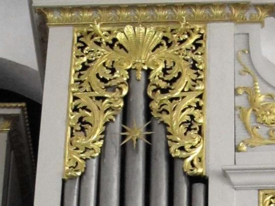Detail Lahm Schlosskirche: Schleierwerk und Zimbelstern rechts
