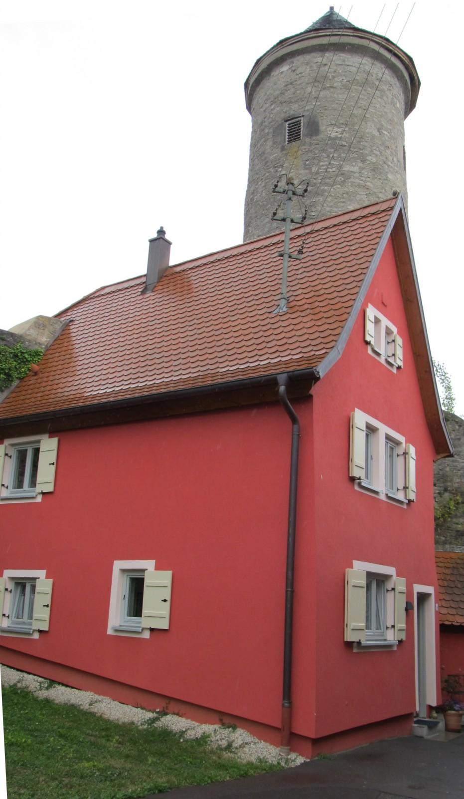 Erbsengasse: Schneckenturm und Haus mit Fensterläden