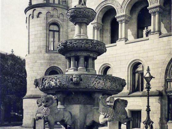 Romanisches Haus I, Brunnen im Vorgarten