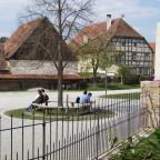 Dorfplatz mit Schmiede und Brauerei