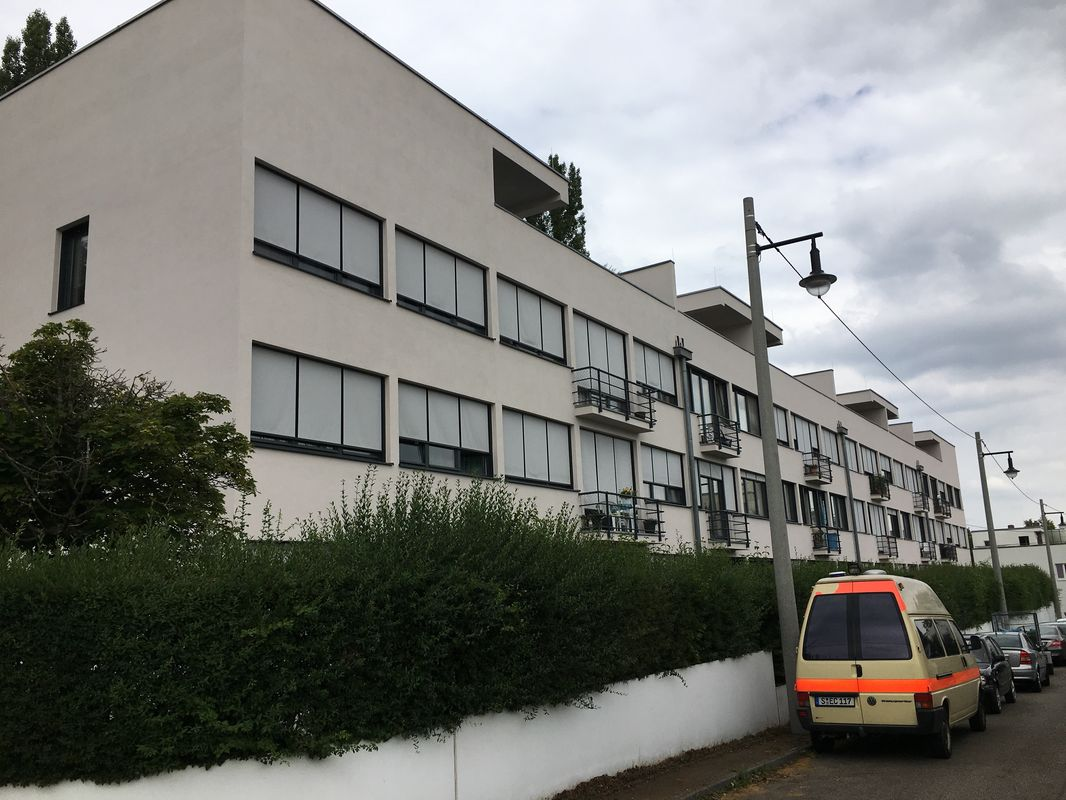 Rückseite des Wohnblocks von Ludwig Mies van der Rohe