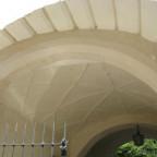 Hinter einem schönen Rustikaportal verbirgt sich das prächtigste Netzgewölbe...